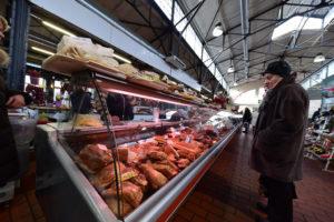 Mercato coperto a Vilnius, la carne affumicata