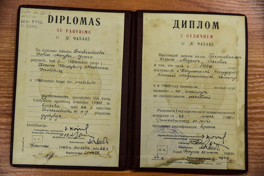 Il Diploma di laurea in medicina conseguito da Dalia Grinkevičiūtė a Kaunas quando finalmente i Sovietici le concessero di tornare in Patria. È scritto in Lituano e in Russo.
